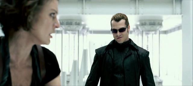 Albert Wesker (Shawn Roberts) kämpft gegen Alice