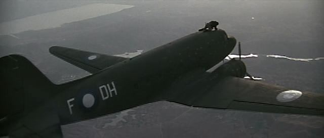 Stuntman Kevin Donnelly klettert auf einer fliegenden Maschine herum