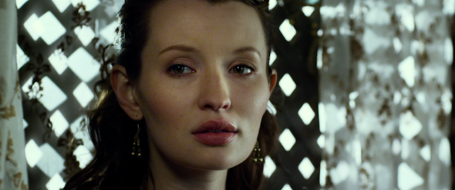 Emily Browning als Cassia