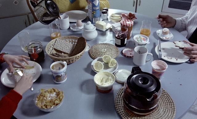 Die Familie beim Frühstückstisch