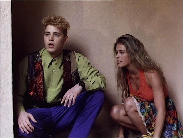Corey Haim und Nicole Eggert in auffälligen Neunziger-Klamotten.